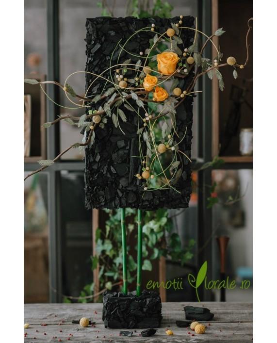 Aranjament cu trandafiri galbeni stabilizati si carbuni M002IN