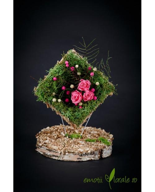 Aranjament cu 3 trandafiri naturali roz stabilizati ROZE02
