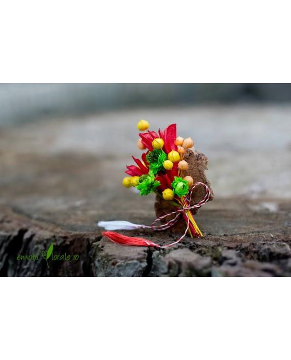 Martisor din flori naturale pe felie de copac - PR1M59