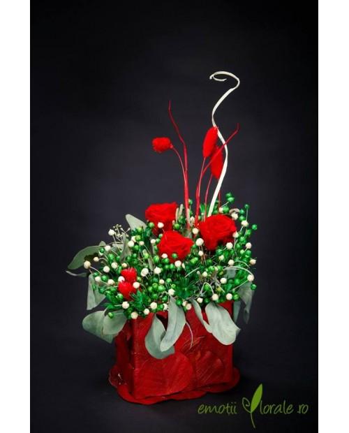 Aranjament floral cu 3 trandafiri naturali stabilizati rosii B402P1