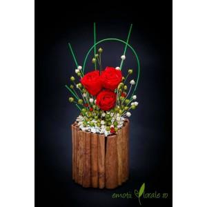 Aranjament floral cu 3 trandafiri naturali stabilizati rosii B412P1