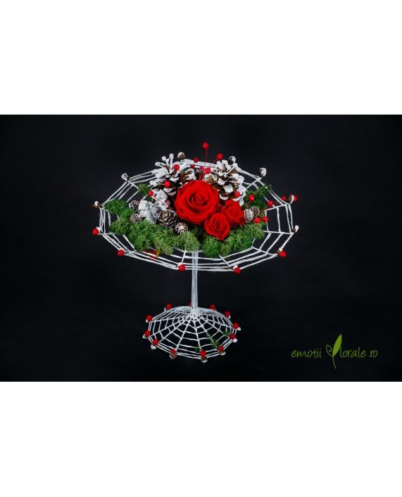 Aranjament realizat pe structura metalica cu 3 trandafiri rosii naturali stabilizati  ROSE04