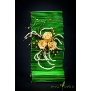 Aranjament floral cu 3 trandafiri naturali crem stabilizati V14P13