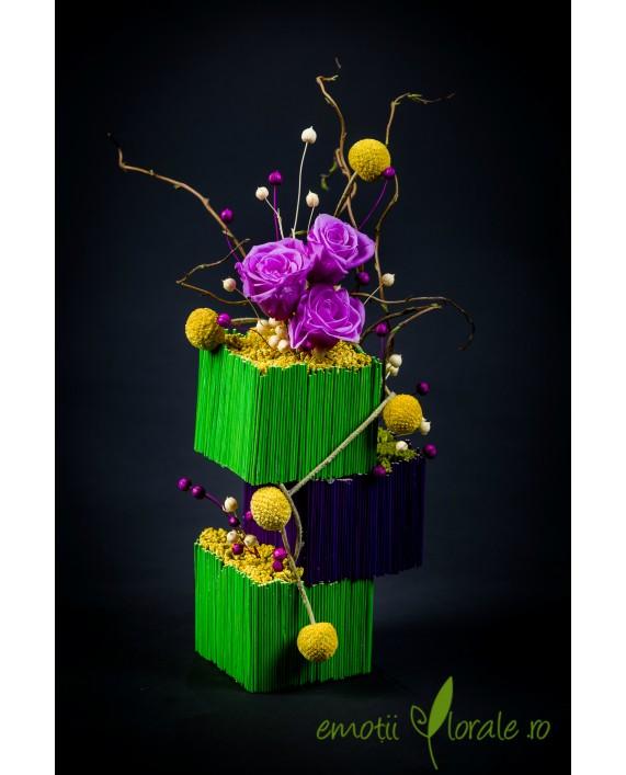 Aranjament floral cu 3 trandafiri naturali stabilizati lila V14P20