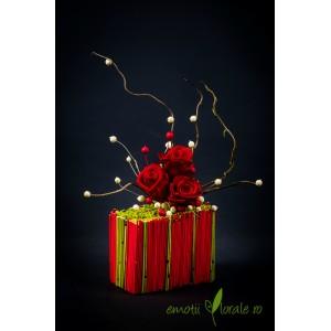 Aranjament floral cu 3 trandafiri naturali stabilizati rosii V14P23