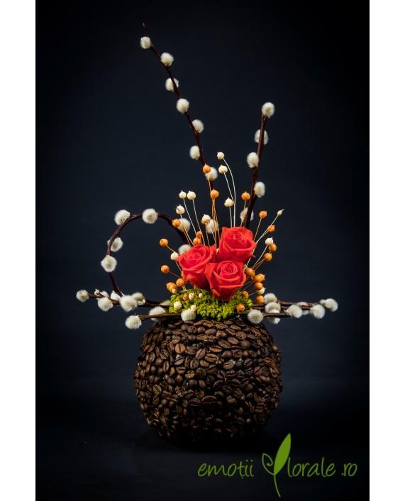 Aranjament floral cu 3 trandafiri naturali stabilizati portocalii V14P25